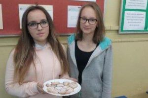 Uczniowie z Nędzy częstowali ciastkami i... dobrym