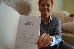 """Maria Czerwińska z prezentem od jednej z uczestniczek konferencji, autorki książki pt. """"Dialog zamiast kar"""""""