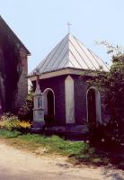 Obiekt murowany, z przodu widok na figurę Jana Nepomucena na postumencie
