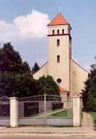 Budynek murowany, widok od wieży, z przodu brama wjazdowa na teren przykościelny