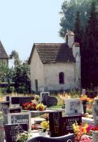 Widok na groby i kaplicę cmentarną