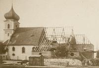 Gotowa wieża i część nawy, prezbiterium i dach w trakcie budowy
