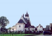 Widok na kościół od strony prosto zamkniętego prezbiterium