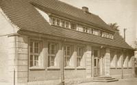 Stara fotografia pokazująca pierwotny wygląd szkoły, widok na wejście