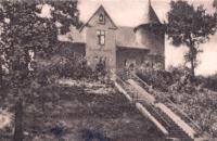 Archiwalne zdjęcie dawnego klasztoru żeńskiego w Nędzy w otoczeniu drzew