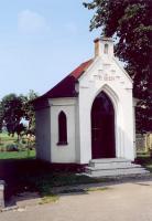 Murowana, biała, neogotycka kapliczka